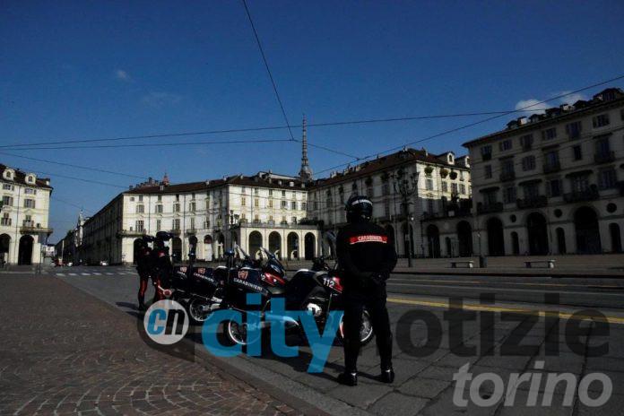 Carabinieri del Nucleo Radiomobile impegnati nei controlli sul rispetto del DPCM in una piazza Vittorio spettrale